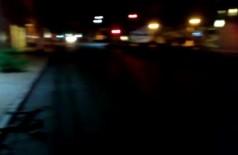 Motociclista atingiu galhos de árvore caída em trecho escuro e sem sinalização da avenida (Foto: Reprodução)