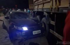 Após o atropelamento veículo bateu em uma carreta. Foto: Jornal da Nova