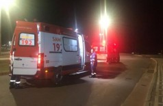 Mulher na garupa de moto morre após ser arremessada contra poste