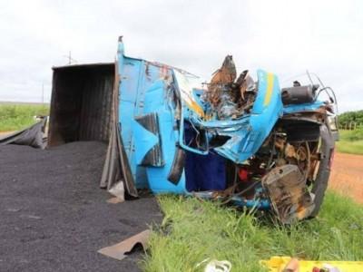 A cabine do veículo foi completamente destruída. (Foto: O Correio News)