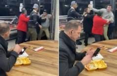 Cliente se mantém calmo durante briga em restaurante e continua comendo - Foto: Reprodução/Twitter