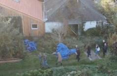 Investigadores ingressam na fazenda onde Van Dorsten manteve seis de seus filhos reféns - Foto: Youtube / Reprodução