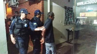 Francisco Chagas sendo encaminhado à delegacia depois de confessar o crime - Foto: Sidnei Bronka