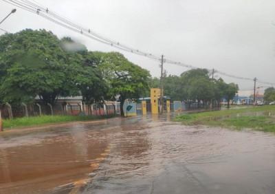 Rua alagada em frente à Escola Weimar Gonçalves Torres - Foto: divulgação/94FM