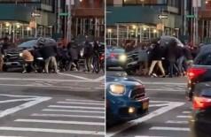 Mulher é salva após fica debaixo de carro em atropelamento - Foto: Reprodução/Twitter