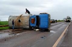 Caminhão tombou na manhã desta sexta-feira (30) - Foto: Sidnei Bronka