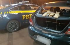 Maconha estava escondida no porta-malas do veículo que já havia sido apreendido com droga (Foto: Divulgação/PRF)