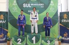 Giovanna Jara de Souza conquistou o ouro em duas categorias -  Divulgação/CBJJ