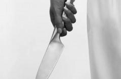 Mulher decepa pênis de estuprador com faca