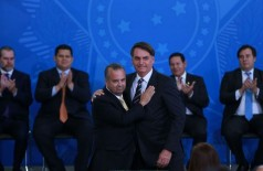 O presidente Jair Bolsonaro dá posse ao novo ministro do Desenvolvimento Regional, Rogério Marinho (Foto: Valter Campanato/Agência Brasil)