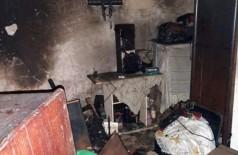 Casa ficou destruída pelas chamas no bairro Cervejaria, em Corumbá. (Foto: Divulgação/Corpo de Bombeiros)