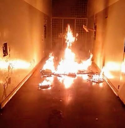 Colchões foram queimados e jogados nos corredores - Foto: Divulgação