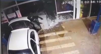 Ladrões colocam cofre no veículo -  Foto: reprodução/vídeo
