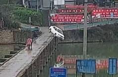 Carro cai em rio na China - Foto: Reprodução