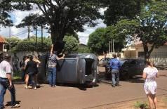 Veículo ficou tombado na rua após colisão (Foto: 94FM)
