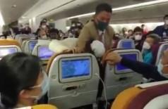 Passageira recebe mata-leão após tossir contra comissários de bordo em avião - Foto: Reprodução/YouTube