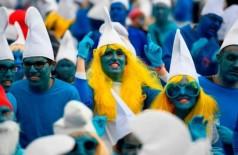Franceses vestidos de Smurfs para quebra de recorde (Foto: AFP)