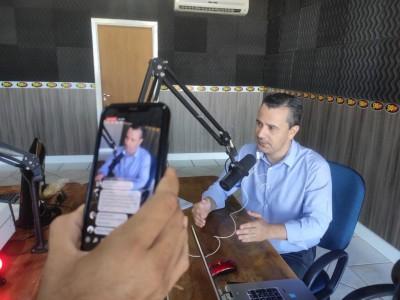 Assessor especial do gabinete da prefeita Délia Razuk, Alexandre Mantovani, na rádio 94FM  - Foto: Karol Chicoski/94FM