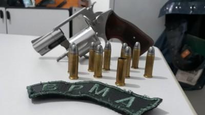 Arma e munições apreendidas com a mulher - Foto: divulgação/Polícia Militar