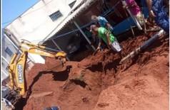 Uma máquina retroescavadeira da prefeitura do município foi solicitada para auxiliar na retirada da terra -Foto: Região Online