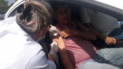 Os idosos podem aguarda dentro do veículo para receber a imunização -Foto: A. Frota