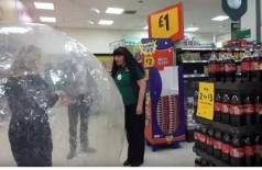 Mulher vai ao mercado em bolha de ar para se proteger do coronavírus (Foto: Reprodução)