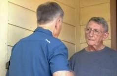 Alan Bischof conversa com repórter em Houston - Foto: Reprodução/YouTube(KPRC 2)