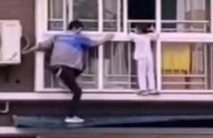 Homem salva criança pendurada na janela do sexto andar, veja o vídeo (Foto: reprodução)
