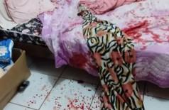 Marcas de sangue no quarto de mulher que foi esfaqueada pelo ex-marido. (Foto: Reprodução/MS Todo Dia)