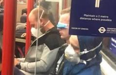 Passageiro do metrô de Londres viraliza ao usar máscara anticoronavírus para tirar um cochilo (Foto: reprodução)