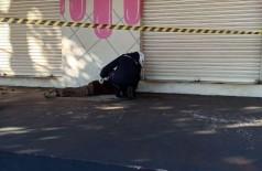 O homem foi encontrado na calçada em frente a uma loja - Foto: Sidnei Bronka