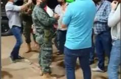 Autoridades informando os comerciantes sobre a decisão do governo paraguaio. (Foto: Reprodução)