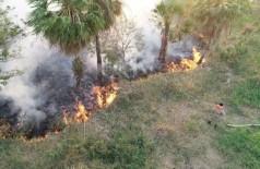 Bombeiros e brigadistas combatem fogo que castiga o Pantanal