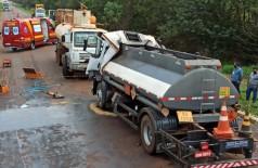 Caminhão conduzido por Cleiton Cleiton bateu na traseira de uma carreta basculante; motorista morreu na hora (Foto: Sidnei Bronka)