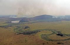 Cenário de terra arrasada: cursos d'água secos e a biomassa acumulada pegando fogo no Pantanal de Corumbá - Foto: Saul Schramm/Governo de MS