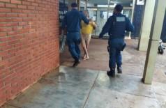 Homem sendo encaminhado à delegacia - Foto: Sidnei Bronka