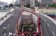 Casa fica no meio de ponte inaugurada recentemente na China - Foto: Reprodução/Weibo