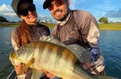 Maiara e Fernando Zor pescam um grande tucunaré azul (Foto/arquivo: Reprodução/Instagram)