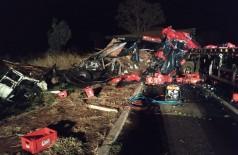 Carretas ficaram completamente destruídas com o violento impacto / Imagens: Jornal da Nova