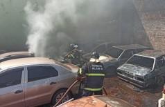 Cerca de 10 veículos foram destruídos pelo fogo - Foto: Divulgação