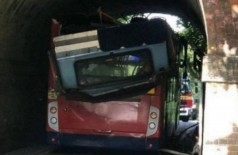 Ônibus de dois andares colide com abertura de túnel na Inglaterra (Foto: Reprodução/Twitter)
