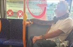 Cobra vira 'cachecol' em ônibus na Inglaterra (Foto: Reprodução)