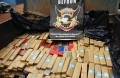 Cerca de 3 toneladas de maconha são apreendidas pela Polícia Civil em fundo falso de dois caminhões em Ponta Porã