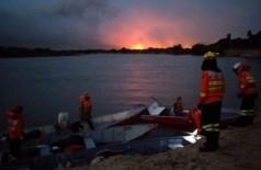 Em alguns trechos, o transporte dos bombeiros tem que ser feitas em embarcações pequenas, por conta do nível da água do rio (Foto:  Sílvio de Andrade)
