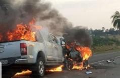 Carros pegam fogo após colisão na BR-060