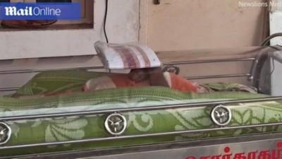 Idoso foi dado como morto por parentes na Índia (Foto: Reprodução/Daily Mail)