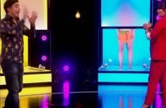 Brian 'quase desmaia' ao ver mulheres nuas no palco de programa britânico - Foto: Reprodução/Channel 4