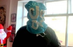 Cliente improvisa 'máscara' para entrar em lanchonete na Inglaterra (Foto: Reprodução)