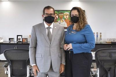 O presidente do STJ, ministro Humberto Martins, e a juíza auxiliar Sandra Aparecida Silvestre de Frias Torres, coordenadora do grupo de trabalho (Foto: Rafael Luz / STJ)
