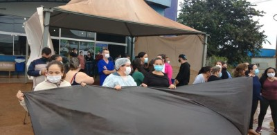 Técnicos de enfermagem protestaram recentemente em frente da UPA devido a retirada de direitos - Foto: Divulgação
